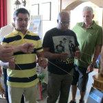 Dr. Carlos und Koena mit Winkelruten
